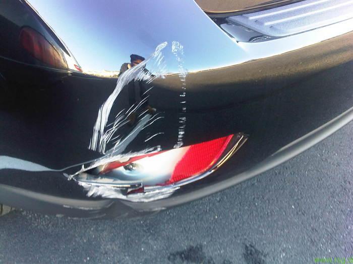 Poškodoval tuje vozilo in pobegnil
