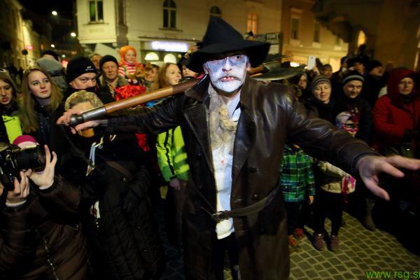 Foto: Zombi povorka privabila 1000 obiskovalcev
