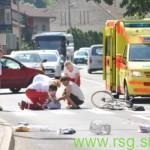 Kolesar se je v prometni nesreči hudo poškodoval