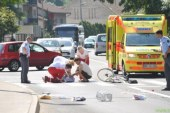 Neznani voznik trčil v kolesarko in odpeljal s kraja nesreče