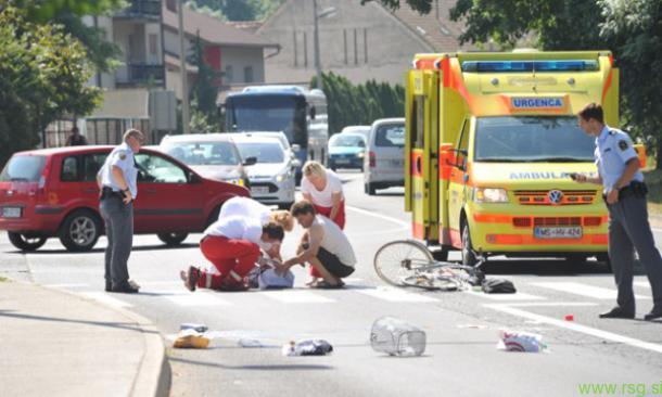 Maribor-Kolesar hudo poškodovan obležal ob robu vozišča