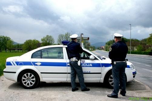 Policisti v Račah vozniku napisali 2200€ globe