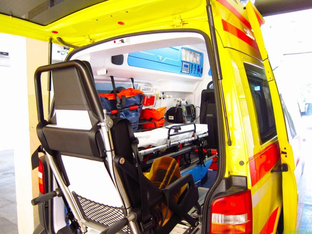 78-letnik trčil v reševalno vozilo in umrl