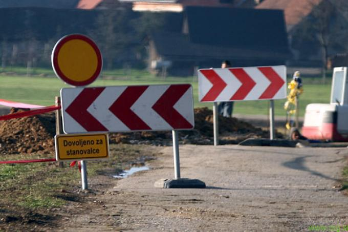 Zapora lokalne ceste Slepnica-Lovrenc v območju mostu Vuhred