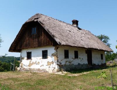 Slamnata streha za Pahlerjevo cimpračo v Bačkovi