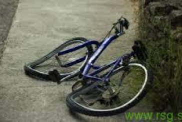 Povozil kolesarko in pobegnil