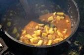 Kuhanje krompirjevega golaža v Lovrencu