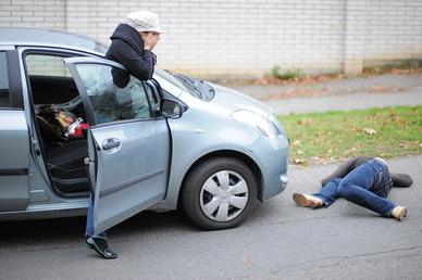 Voznik osebnega vozila trčil v peško