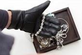Zmikavt iz hiše na območju Maribora ukradel za 30.000 evrov zlata in gotovine