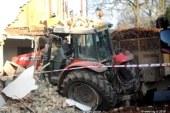 Traktor trčil v gospodarsko poslopje