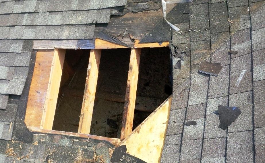 V poslovni objekt poskušali vlomiti kar skozi streho