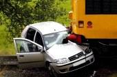 V trčenju osebnega avtomobila in vlaka v Grabah dva mrtva