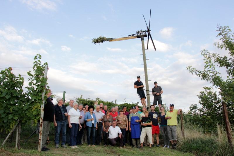 Prijetno druženje ob postavitvi klopotca trojiških vinogradnikov