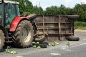 59-letnica padla iz traktorske prikolice, na njo pa krožna žaga