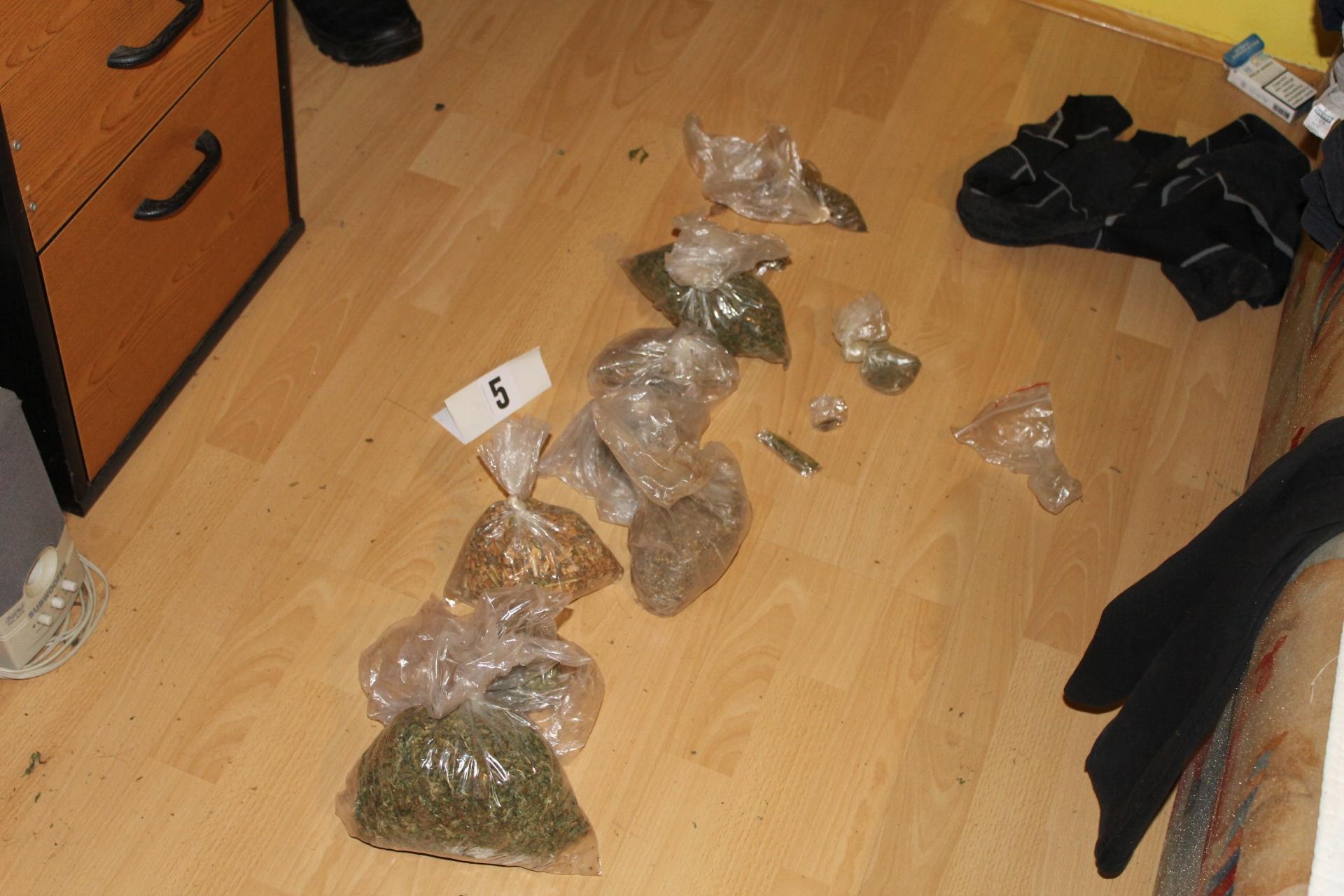 Pri kontroli prometa in hišni preiskavi našli droge