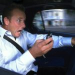 Še tako nujen klic bo počakal, posvetite se vožnji!