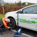 Strokovnjaki in policija priporočajo: Zimska oprema naj na motornih vozilih ostane še po 15. marcu