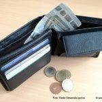 Na dopustu plačevati z denarjem ali s kartico?