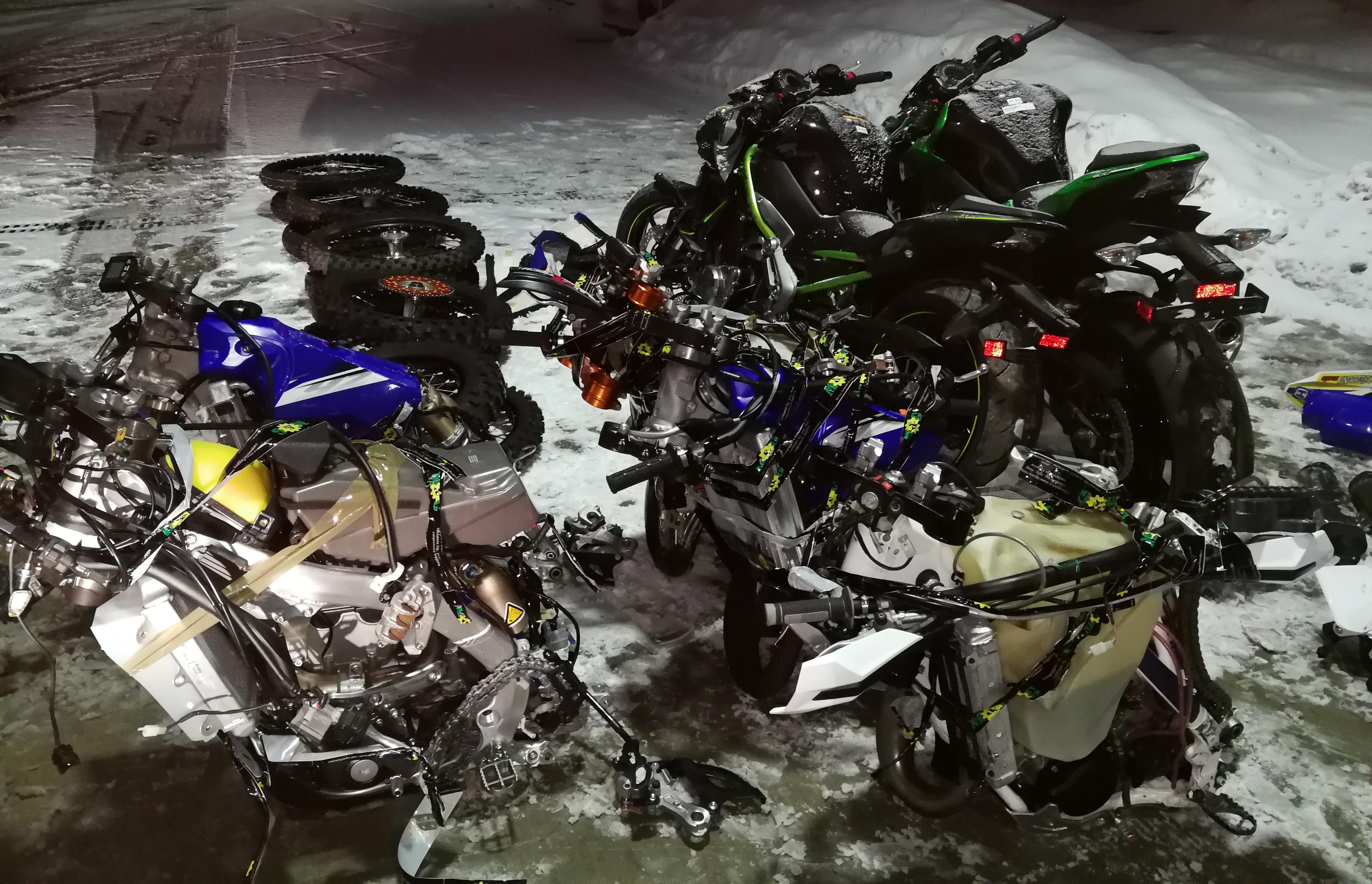 Na počivališču Lormanje policisti odkrili kombi, v katerem je bilo sedem ukradenih motornih koles