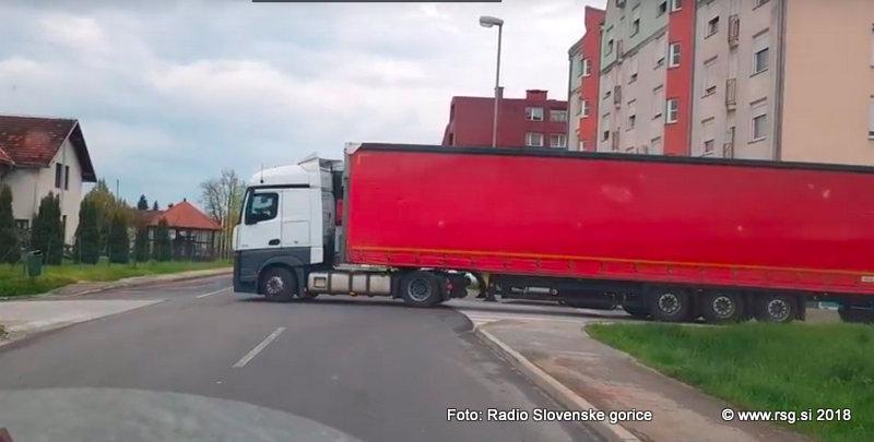 VIDEO: Vozniki tovornih vozil, ki ne upoštevajo uredbe, povzročajo po obvozih cestah v Lenartu zastoje