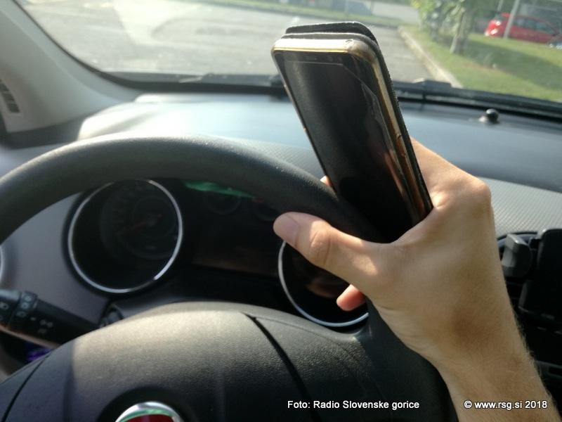 Policisti do 26. januarja še posebej pozorni na uporabo telefonov med vožnjo
