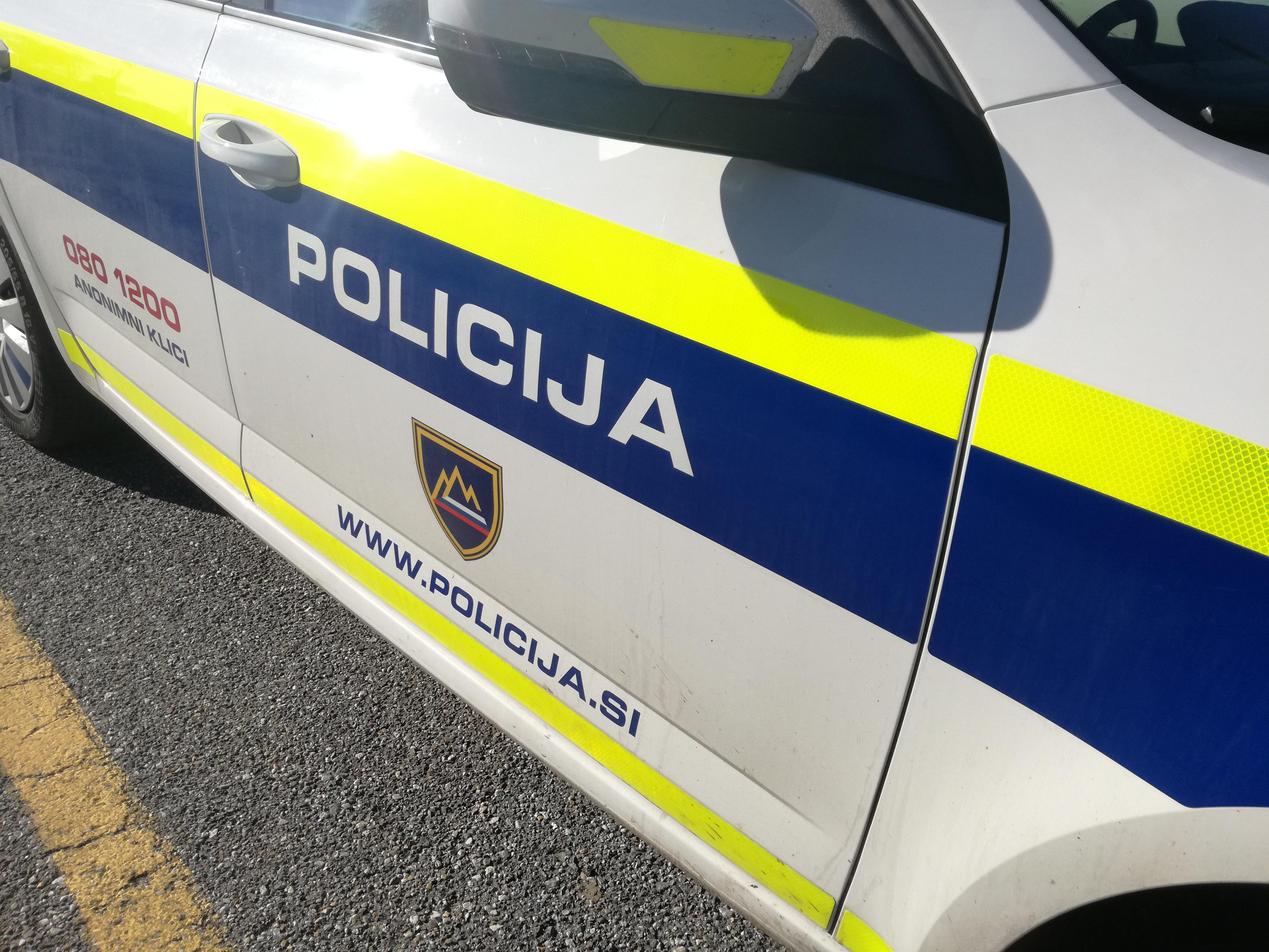 Gorelo v Mezgovcih, na Drvanji pa v prometni nesreči poškodovana dva mlada fanta